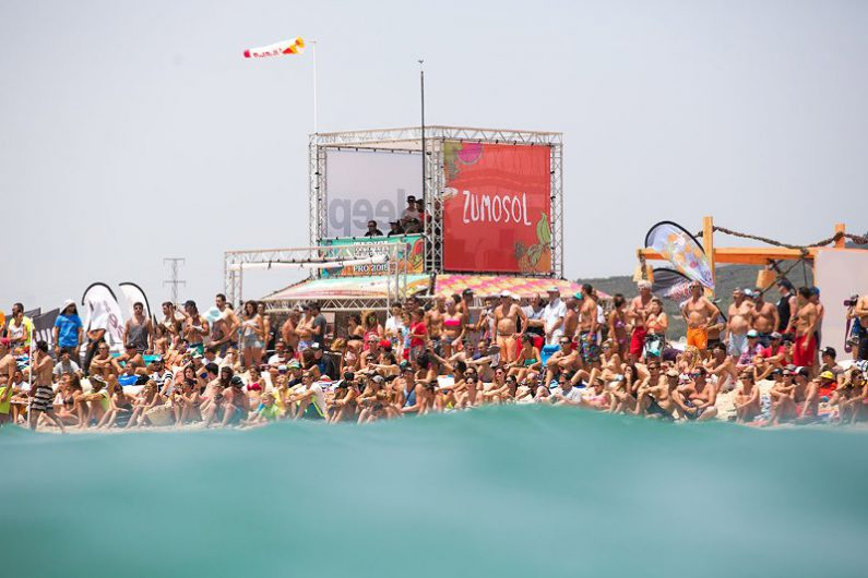 Packed crowds in Tarifa Photo Toby Bromwich Tarifa Strapless Kitesurfing Pro 2015 795x530 - Tarifa Strapless Wave and Freestyle Grand Slam gearing up