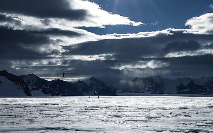 Matthias Haunholder Matthias Mayr Antarctica Kite V Foto Johannes Aitzetmüller 736x460 - NO MAN'S LAND: EXPEDITION ANTARCTICA