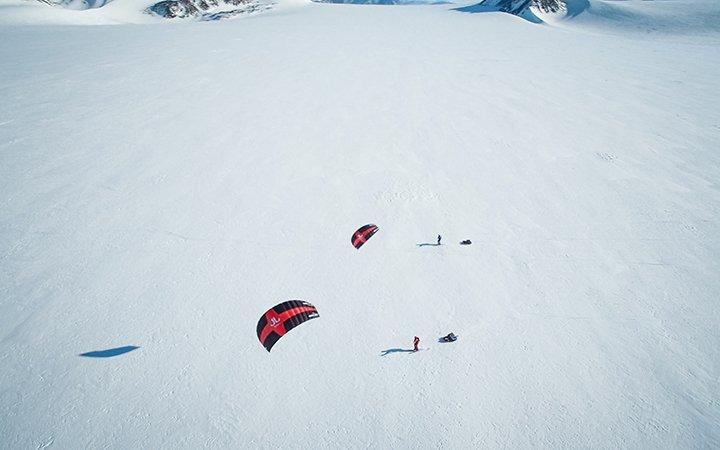 Matthias Mayr Matthias Haunholder Antarctica snowkiting air1 Foto Johannes Aitzetmüller 720x450 - NO MAN'S LAND: EXPEDITION ANTARCTICA