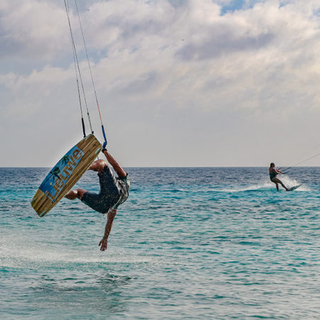 Just missed the water with my hand 450x450 - Yndeleau - Kiting and sailing the world - Bonaire