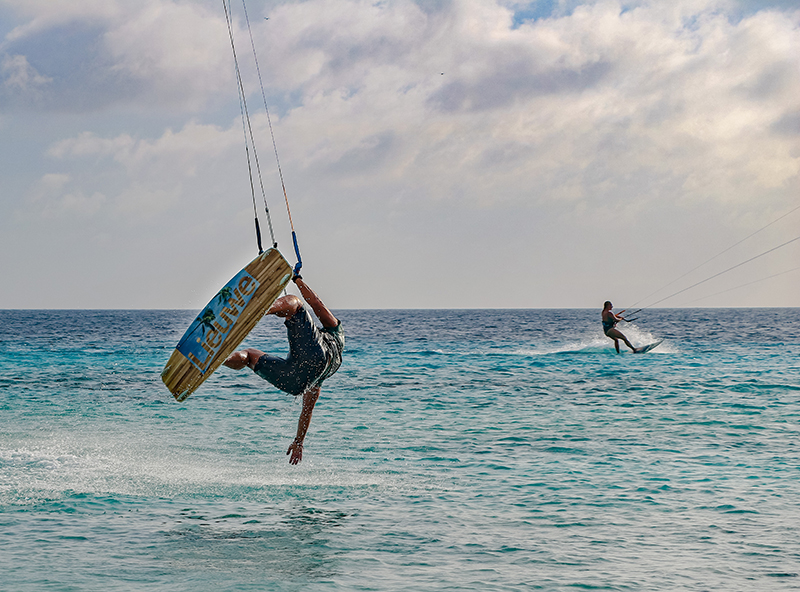 Just missed the water with my hand - Yndeleau - Kiting and sailing the world - Bonaire